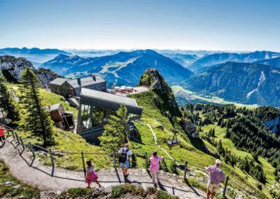 Wendelsteinbahn: Bergstation der Wendelsteinbahn mit Gipfelweg und Alpenpanorama