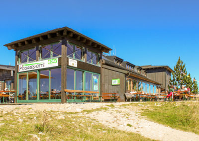 AV Hütte auf dem Hochriesgipfel mit Übernachtungsplätzen und Süd- und West-Sonnenterrasse. Seminarräume und abgetrennte Gaststuben vorhanden.