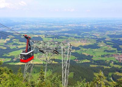 Kabinenbahn der Hochries kurz vor der Bergstation mit aussichtsreichem Blick nach Nord-Westen in das Rosenheimer Voralpenland mit dem Samerberg im Vordergrund.